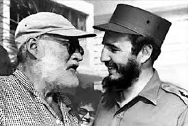 피델 카스트로와 헤밍웨이는 1960년 5월 15일 서로 만나 인사를 나눈다