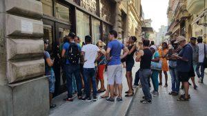 인터넷 카드를 사기 위해 전화국 앞에 줄 서있는 여행객들