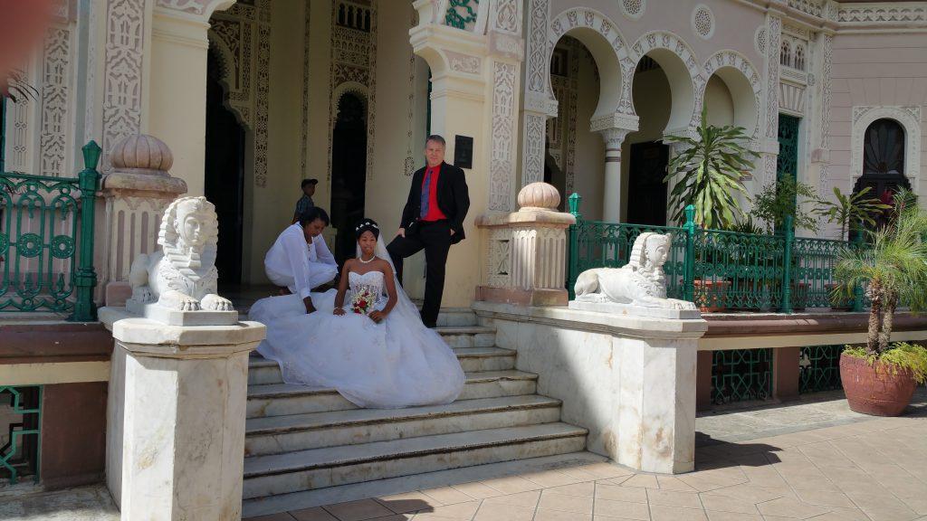 고급 호텔에서 결혼식을 올리는 부부